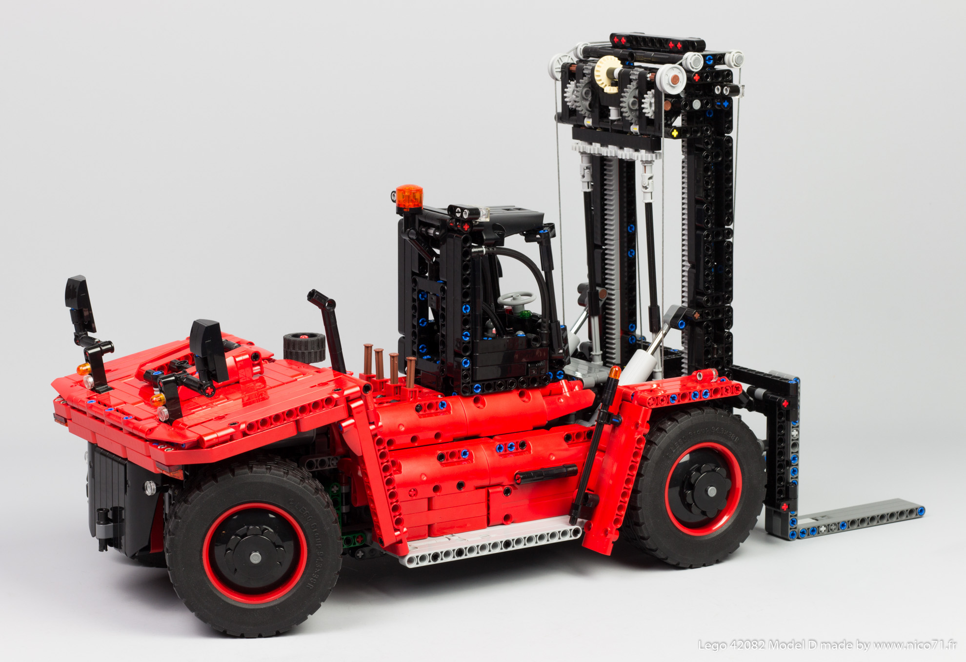 Lego-42082-Model-D-Heavy-Forklift-6